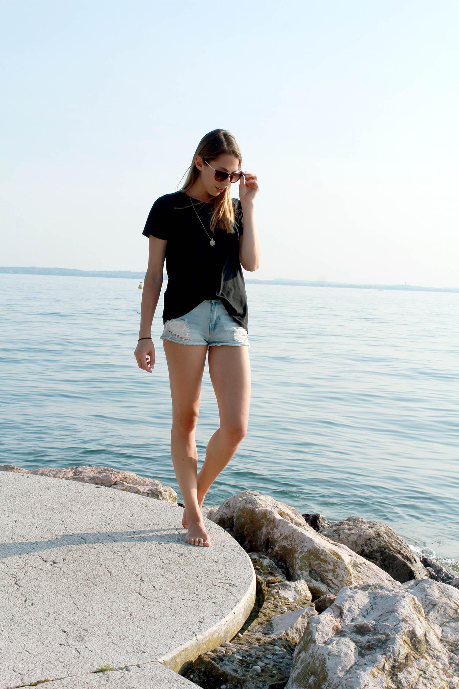 High Waist Denim Shorts und schwarzes T-Shirt, Gardasee, Sommer Outfit