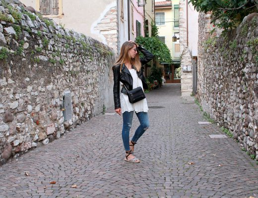 Weißes Boho Kleid mit Jeans kombinieren, Bikerjacke, Outfit Sommer, Golden Lane Bag