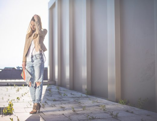 Ripped Boyfriend mit weißer Bluse und brauner Wildlederjacke, Dach Kaufhaus Tyrol, Fashionblog