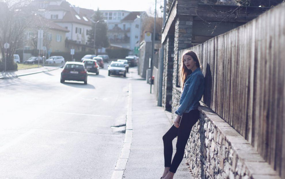 Outfit: Golden Hour mit Slip Ons und Jeansjacke