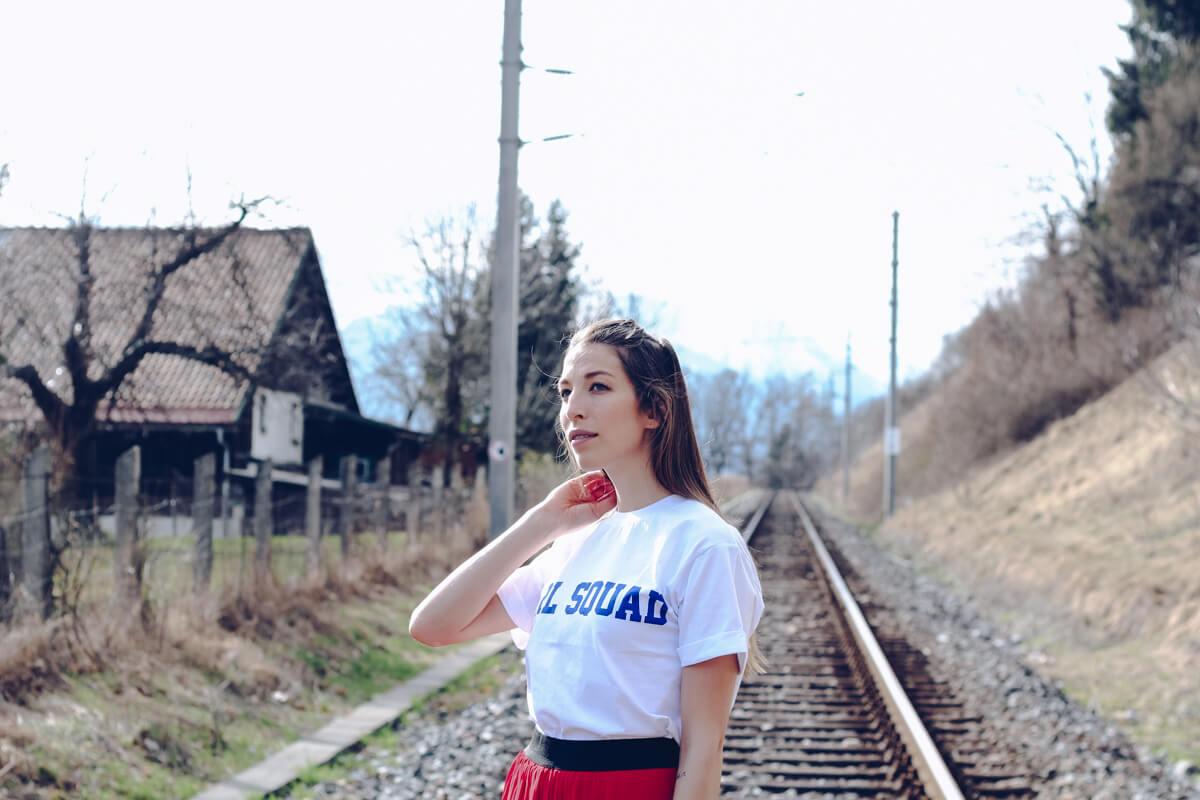 Sneakers zum Plissee Rock, roter Plissee Rock von mbyM, Slogan Shirt, weiße Converse