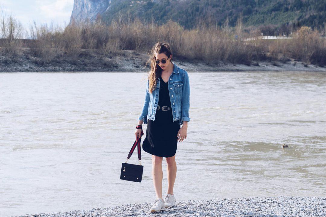 Taillengürtel mbym, schwarzes Kleid, weiße Sneakers, Glorify Shades, Innufer Innsbruck
