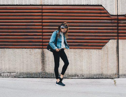 Bandana Tuch und Geek Brille, bequemer Look für den Tag, Basic Shirt und Denim Jeansjacke