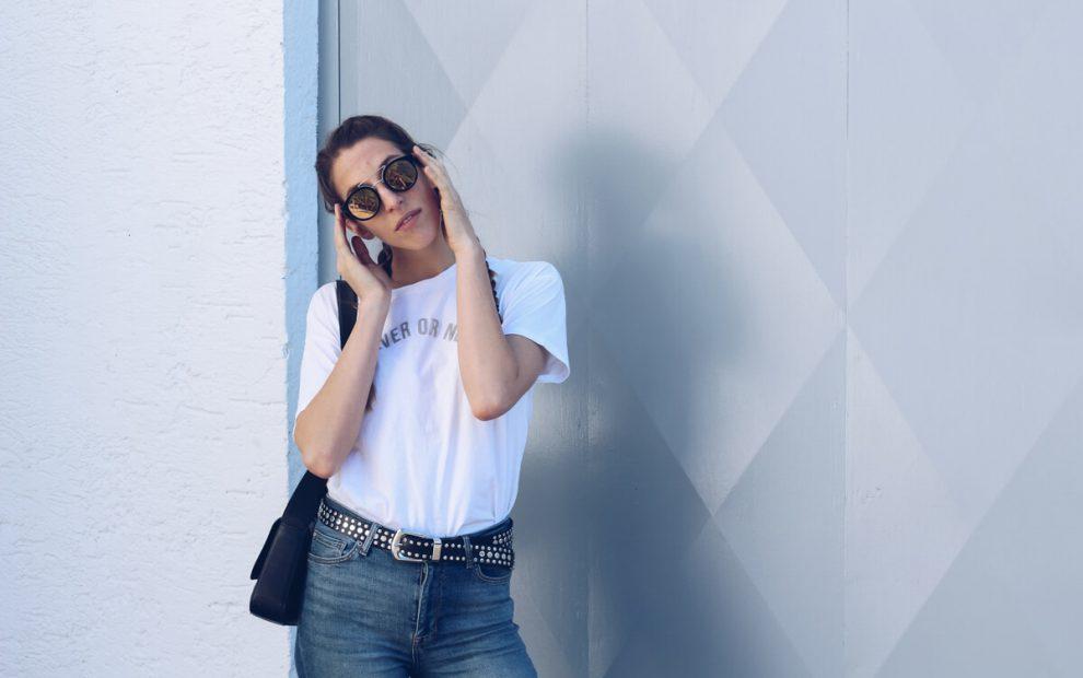 Outfit: Highwaist Jeans, Slogan Shirt und Aigner München Vintage Tasche