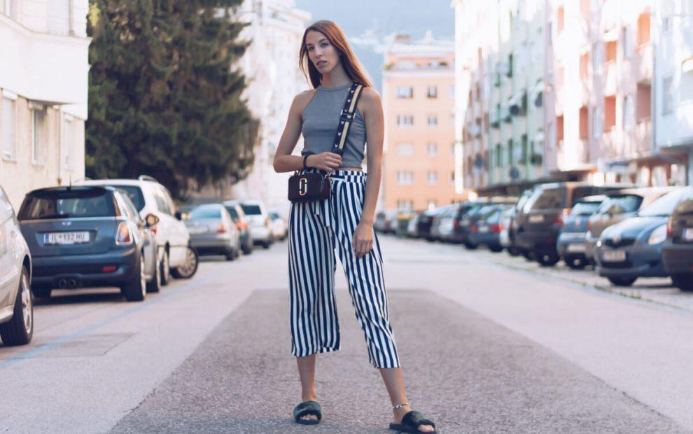 Outfit und Video: Streifen Culotte, Marc Jacobs Camera Bag und Plüsch Schlappen