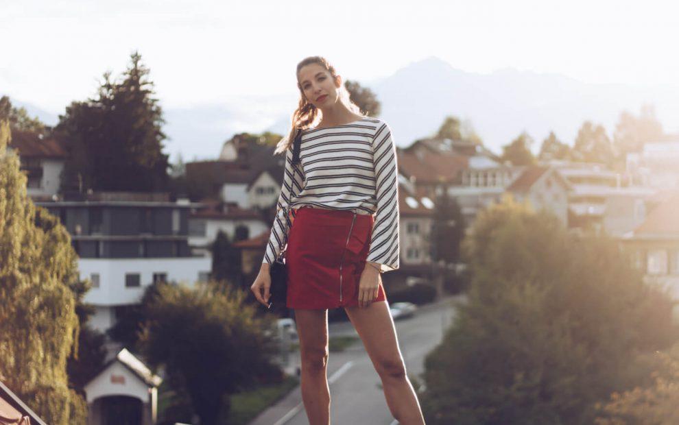 Outfit: Roter Minirock mit Volants, Netzstrümpfe und Stiefeletten