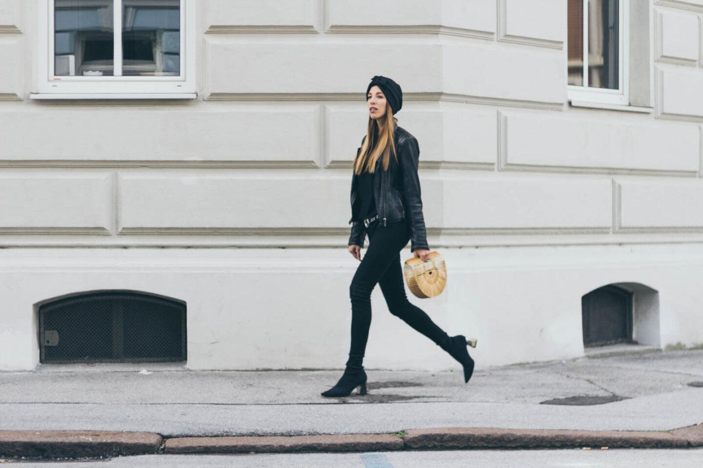 Outfit: Black Allover Look mit Sock Boots und schwarzem Turban