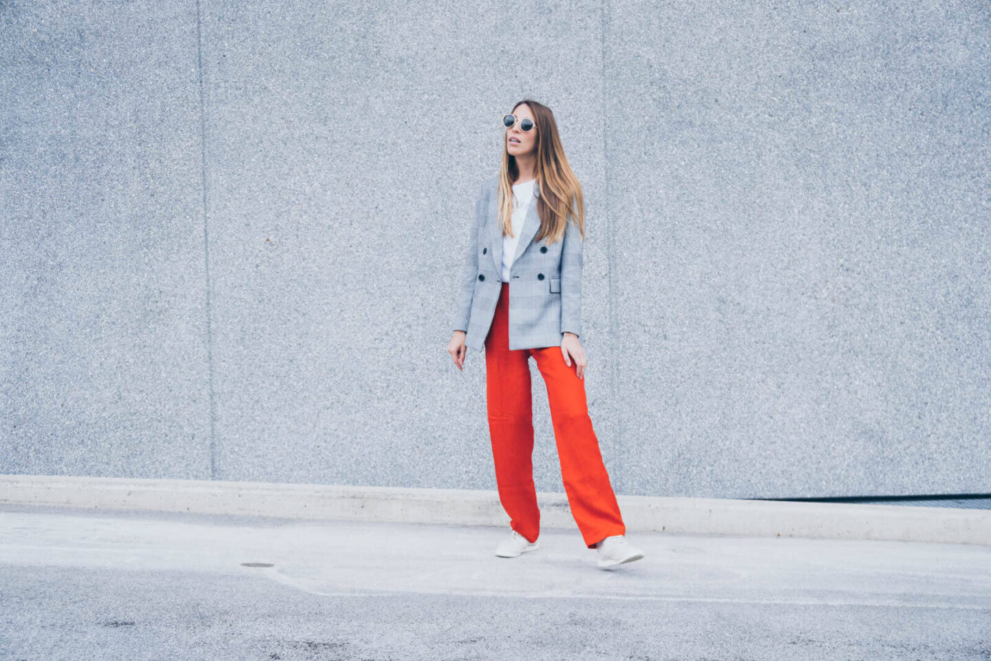 Outfit: Trendfarbe Rot und Glencheck Muster