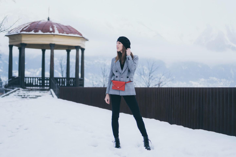 Outfit: Baskenmütze, rote Gürteltasche und Glencheck Blazer