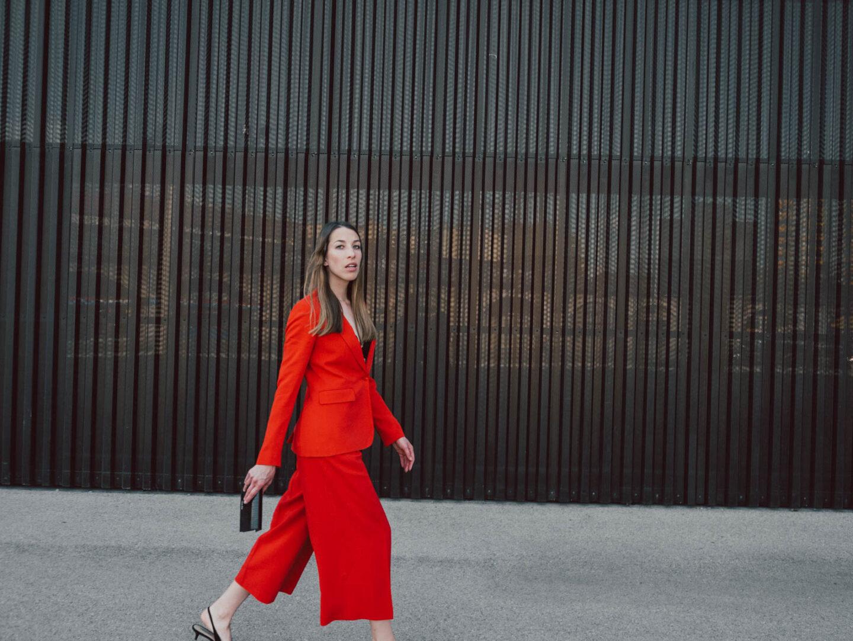 Outfit: Roter Hosenanzug, Lace Bra und Slingbacks