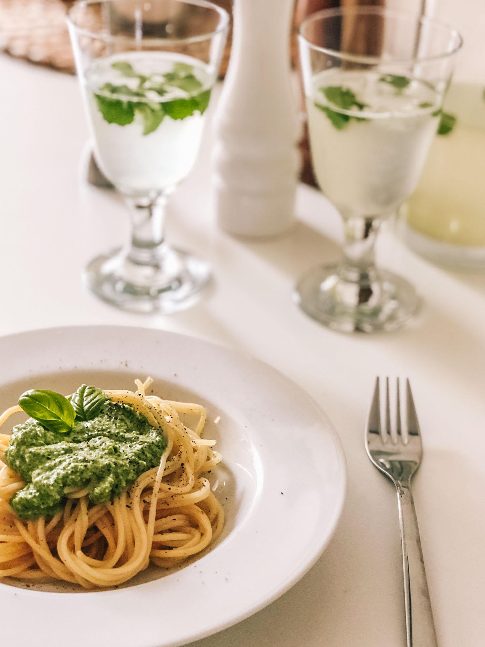 Einfaches und schnelles Basilikum Pesto Rezept, Chilli, Käse, Knoblauch in die Küchenmaschine