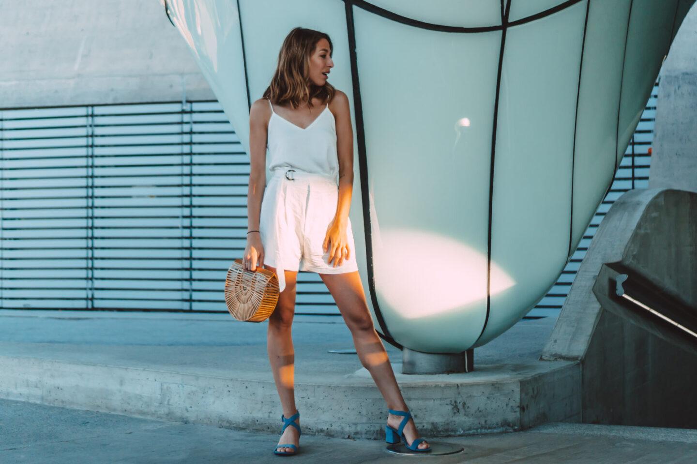 Outfit White Night: Weiße Leinen-Shorts und Seidentop