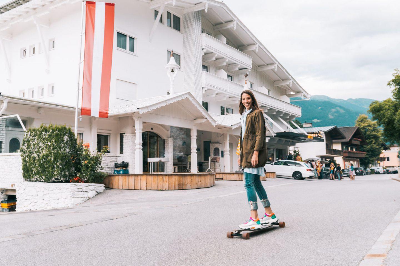 Wandern auf die Riederer Hochalm im Zillertal, Longboarden vor dem Pop Down Hotel