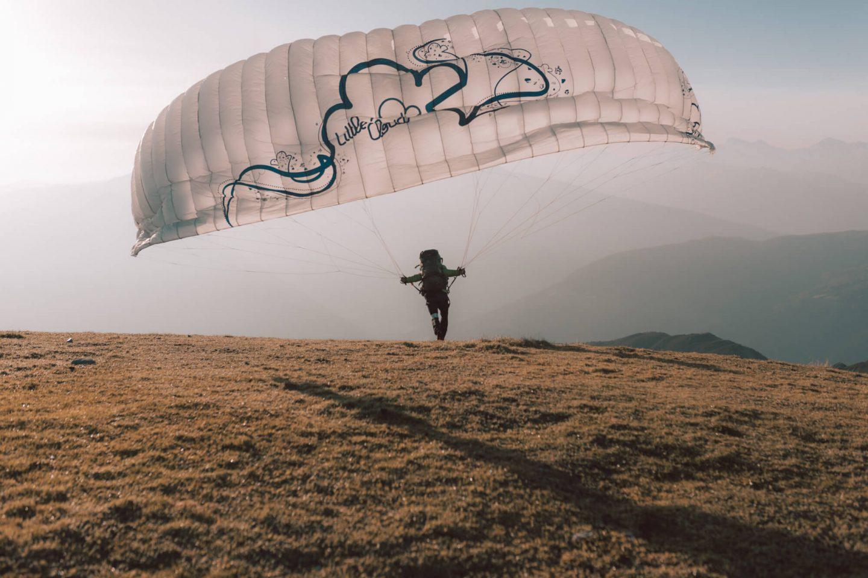 Wandern: Sonnenaufgang auf der Nockspitze (Saile) über die Axamer Lizum; Stefan beim Start mit dem Paragleiter;